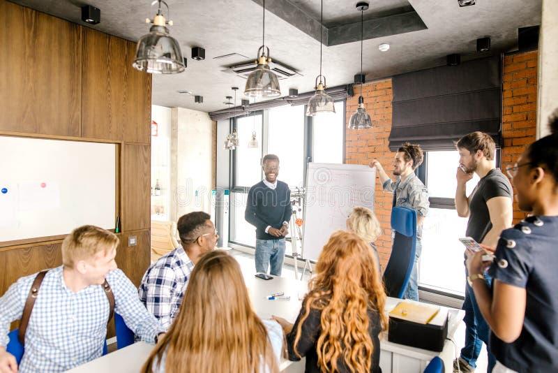 Den lyckade kompetenta unga affärsmannen rymmer konsulterande seminarium arkivfoton
