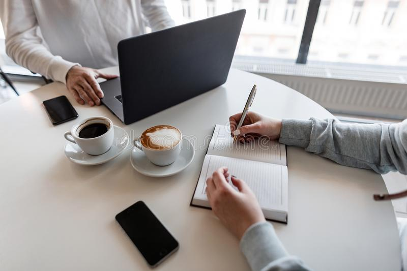 Den lyckade mandirektören rymmer ett affärsmöte med en ung kvinna Jobbintervju med chefen för företags affär i regeringsställning royaltyfri foto