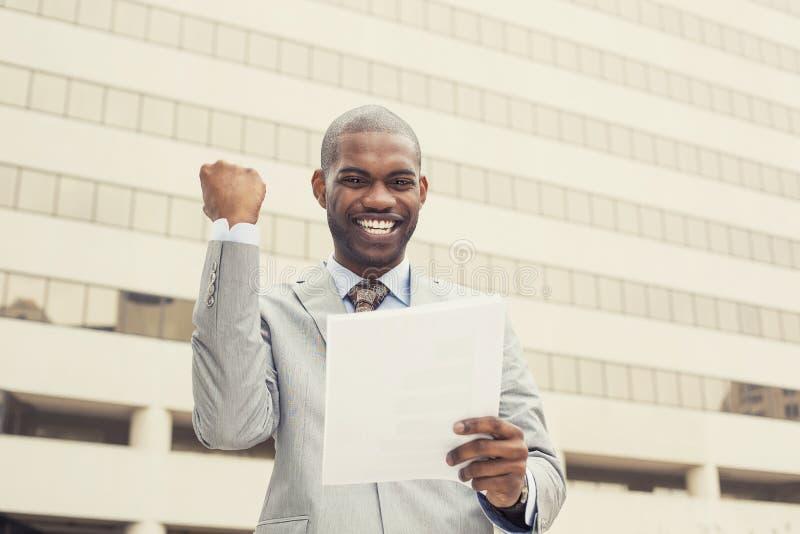 Den lyckade mannen firar framgång som rymmer nya avtalsdokument arkivfoton