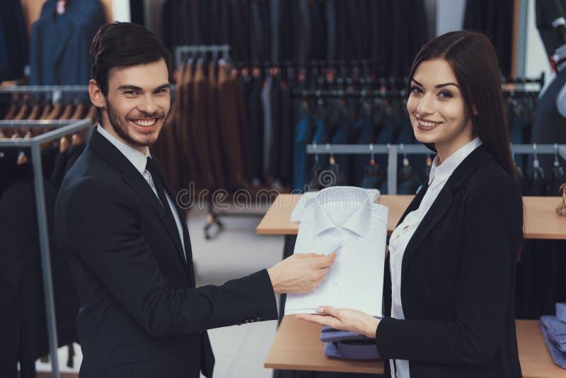 Den lyckade unga affärsmannen ser skjortan som konsulentshower i lager för affärsstilkläder arkivfoton