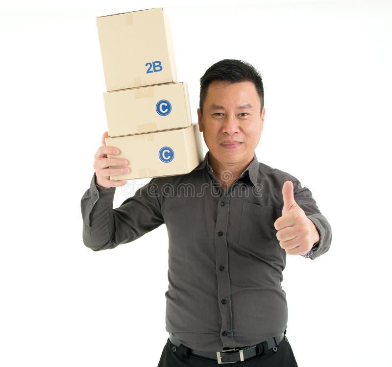 Den lyckliga affärsmannen bär packar över skuldravisningtummen som isoleras på vit bakgrund fotografering för bildbyråer