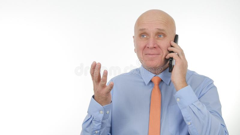 Den lyckliga affärsmannen Talking till mobilen gör entusiastiska handgester royaltyfri bild