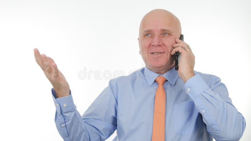 Den lyckliga affärsmannen Talking till mobilen gör entusiastiska handgester royaltyfri foto
