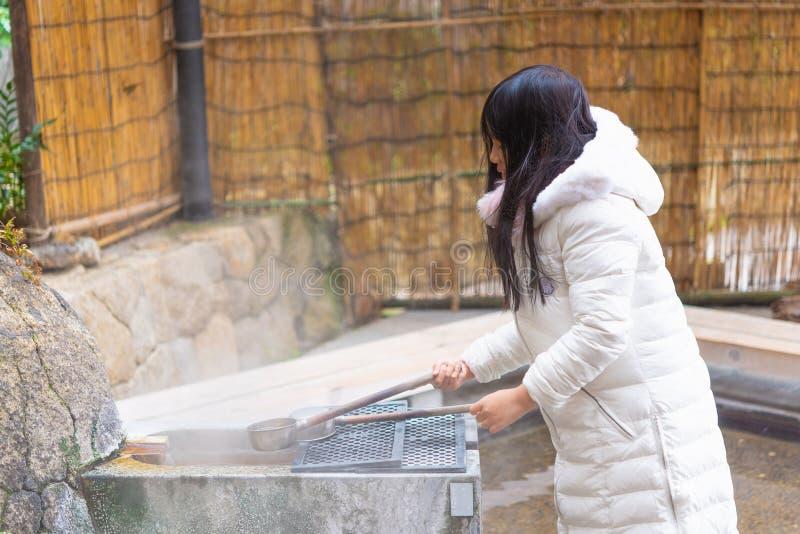 Den lyckliga asiatiska flickan onsen in arkivfoto