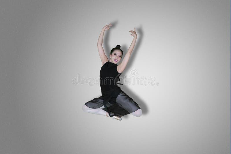 Den lyckliga balettdansören utför elegant hopp fotografering för bildbyråer
