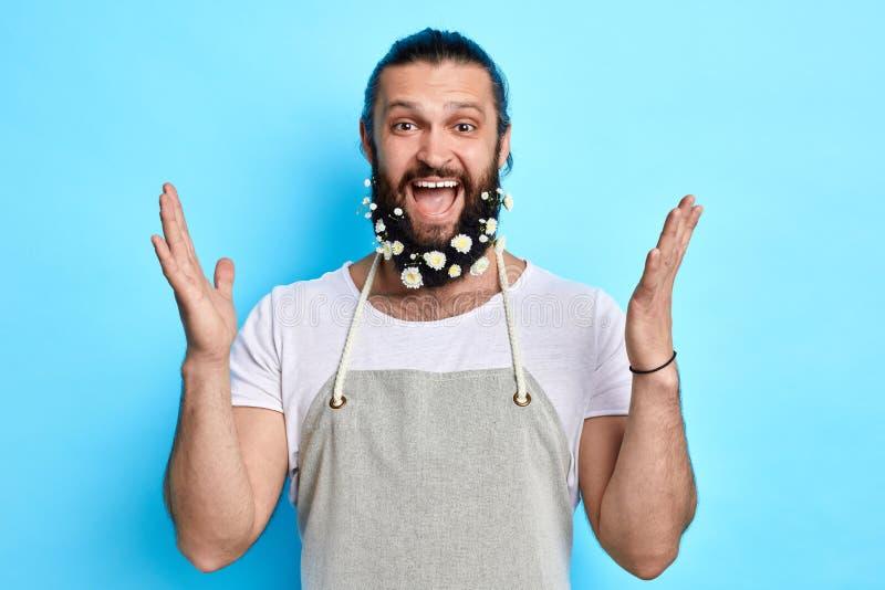 Den lyckliga barberaren som lyfter med lyftta armar, uttrycker positiv sinnesrörelse arkivfoto