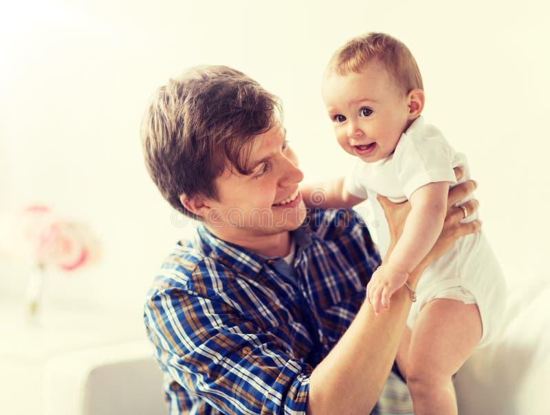 Den lyckliga barnfadern med lite behandla som ett barn hemma royaltyfri fotografi
