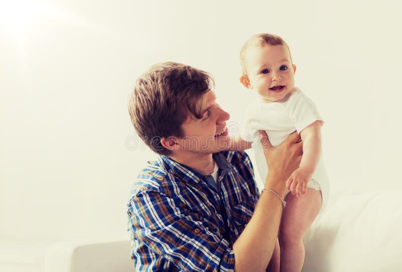 Den lyckliga barnfadern med lite behandla som ett barn hemma royaltyfri bild