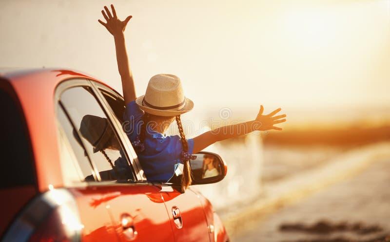 Den lyckliga barnflickan går till sommarloppturen i bil royaltyfria bilder