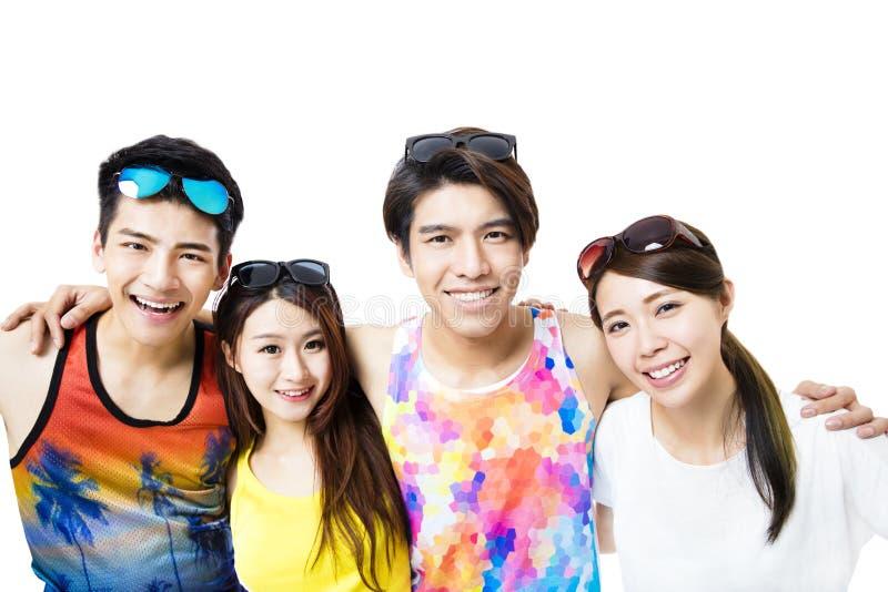 Den lyckliga barngruppen tycker om sommarsemester royaltyfri fotografi