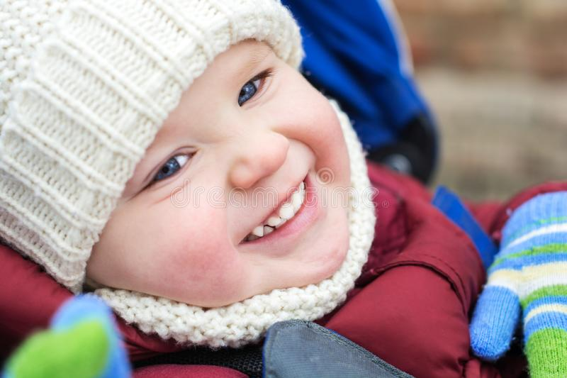 Den lyckliga barnpojken som spelar på en vinter, går i natur arkivfoto