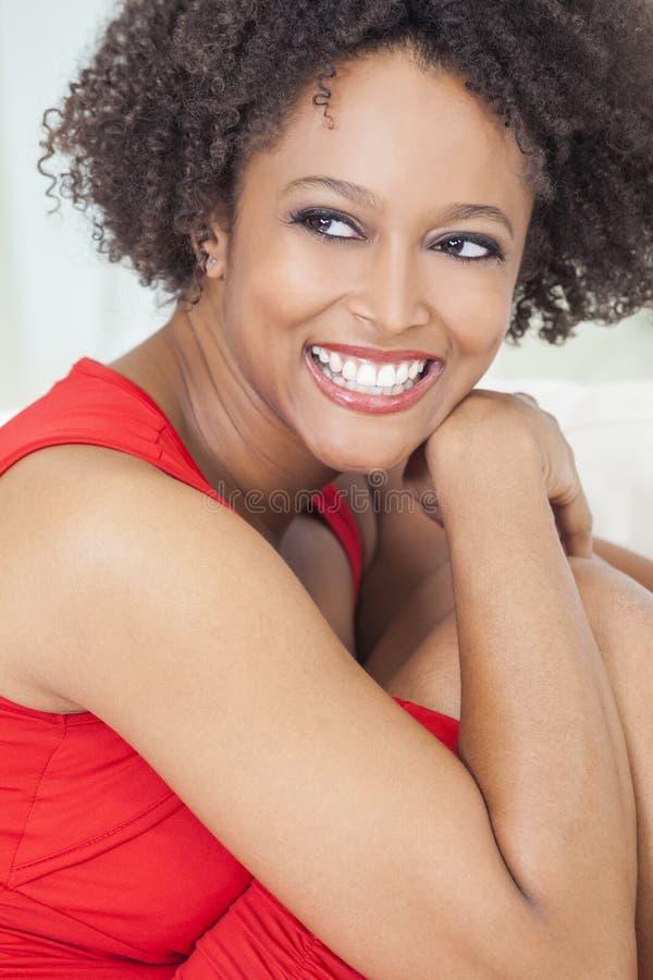 Den lyckliga blandade Raceafrikansk amerikanflickan görar perfekt tänder royaltyfria foton
