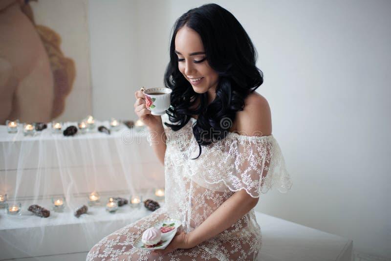 Den lyckliga bruden dricker te och att le royaltyfria foton