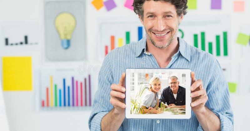 Den lyckliga den affärsmanvisningmannen och kvinnan på minnestavlaPC` s avskärmar i regeringsställning royaltyfria foton