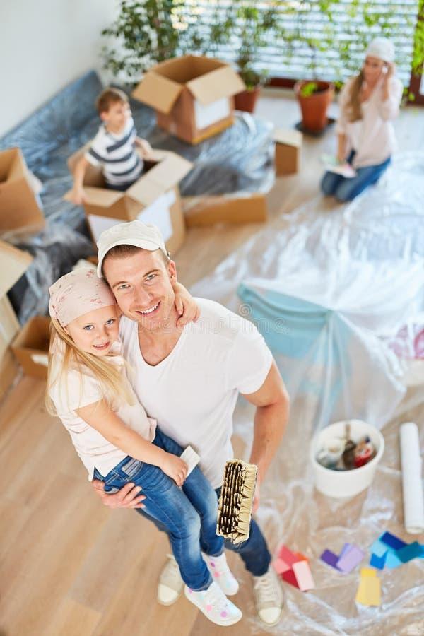 Den lyckliga fadern målar samman med dotter royaltyfri bild
