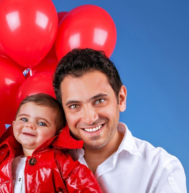 Den lyckliga fadern som spelar med, behandla som ett barn royaltyfri bild