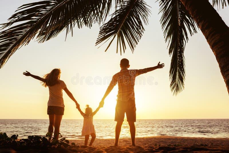 Den lyckliga familjen av moderfadern och dottern gömma i handflatan under royaltyfria foton