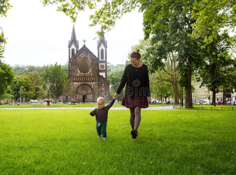 Den lyckliga familjen av turister parkerar in nära Karlinen, den Karlinske namestien, Prague fotografering för bildbyråer