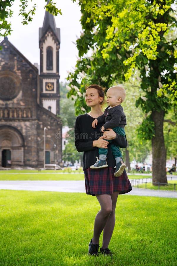 Den lyckliga familjen av turister parkerar in nära Karlinen, den Karlinske namestien, Prague royaltyfri foto