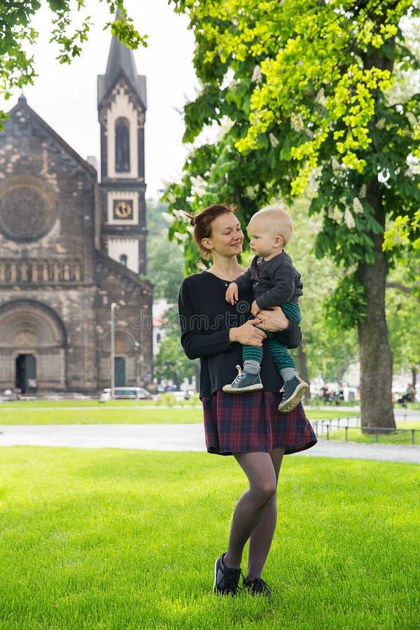 Den lyckliga familjen av turister parkerar in nära Karlinen, den Karlinske namestien, Prague arkivfoton