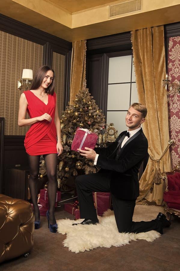 Den lyckliga familjen firar nytt ?r och jul royaltyfri fotografi