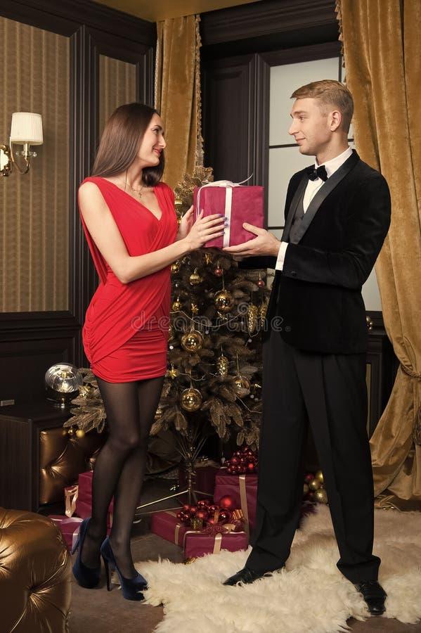 Den lyckliga familjen firar nytt ?r och jul arkivfoto