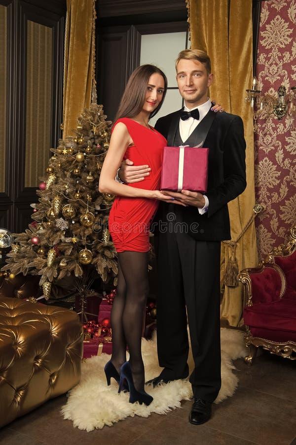 Den lyckliga familjen firar nytt ?r och jul arkivbild