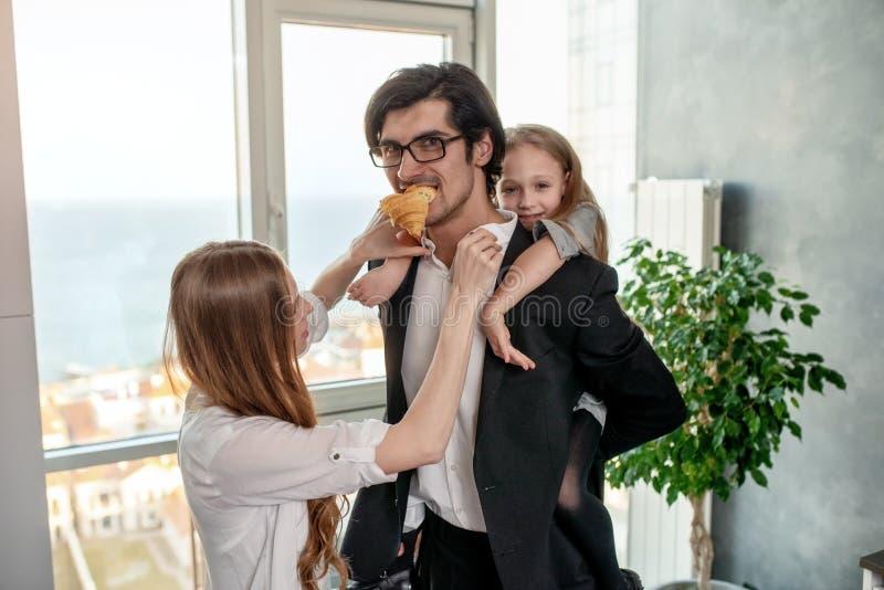 Den lyckliga familjen har en frukost hemma arkivbilder