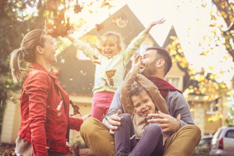 Den lyckliga familjen har gyckel som skrattar fotografering för bildbyråer