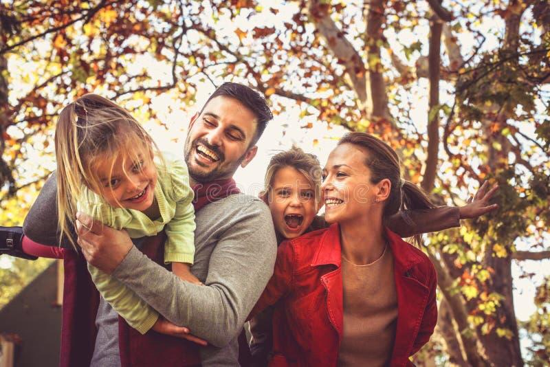 Den lyckliga familjen har den roliga yttersidan royaltyfri bild