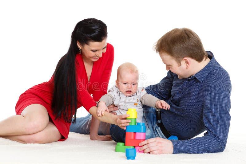 Den lyckliga familjen med behandla som ett barn. royaltyfri fotografi