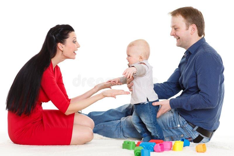 Den lyckliga familjen med behandla som ett barn. royaltyfria bilder
