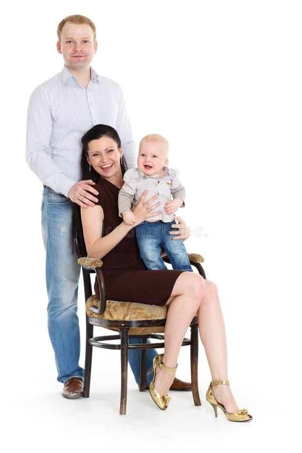 Den lyckliga familjen med behandla som ett barn. royaltyfri foto