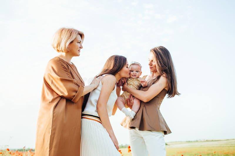 Den lyckliga familjen med behandla som ett barn barnet behandla som ett barn g?r i natur royaltyfria bilder
