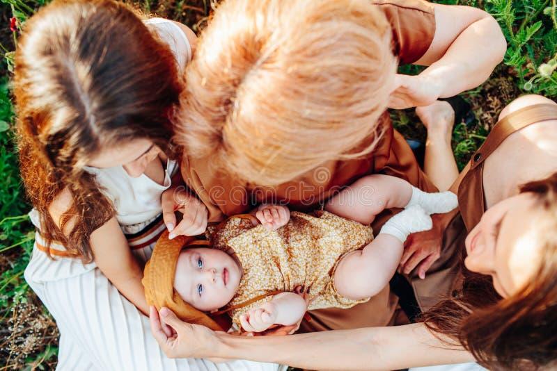 Den lyckliga familjen med behandla som ett barn barnet behandla som ett barn g?r i natur arkivfoton