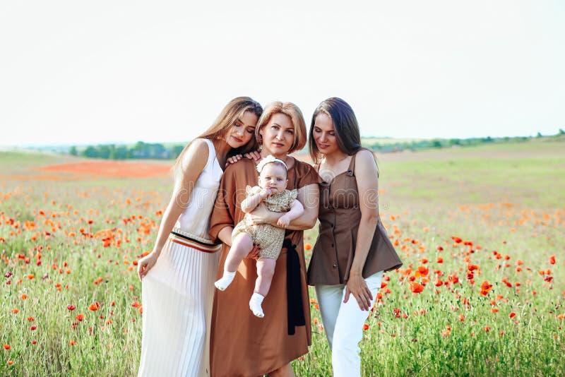 Den lyckliga familjen med behandla som ett barn barnet behandla som ett barn g?r i natur fotografering för bildbyråer
