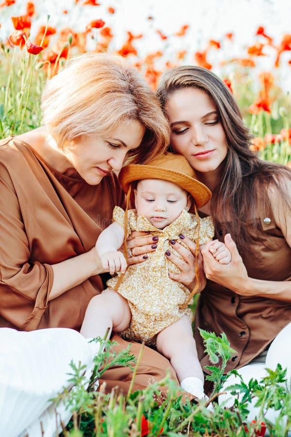 Den lyckliga familjen med behandla som ett barn barnet behandla som ett barn g?r i natur royaltyfri foto