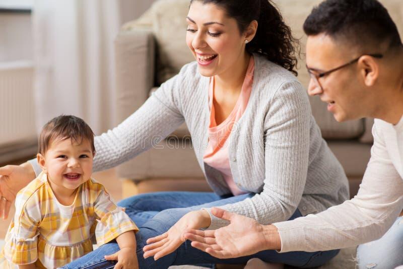 Den lyckliga familjen med behandla som ett barn dottern hemma arkivbilder