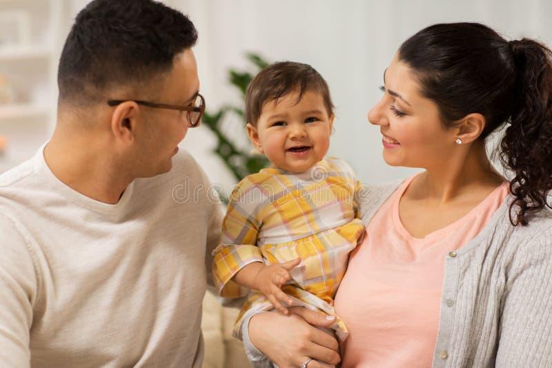 Den lyckliga familjen med behandla som ett barn dottern hemma arkivbild