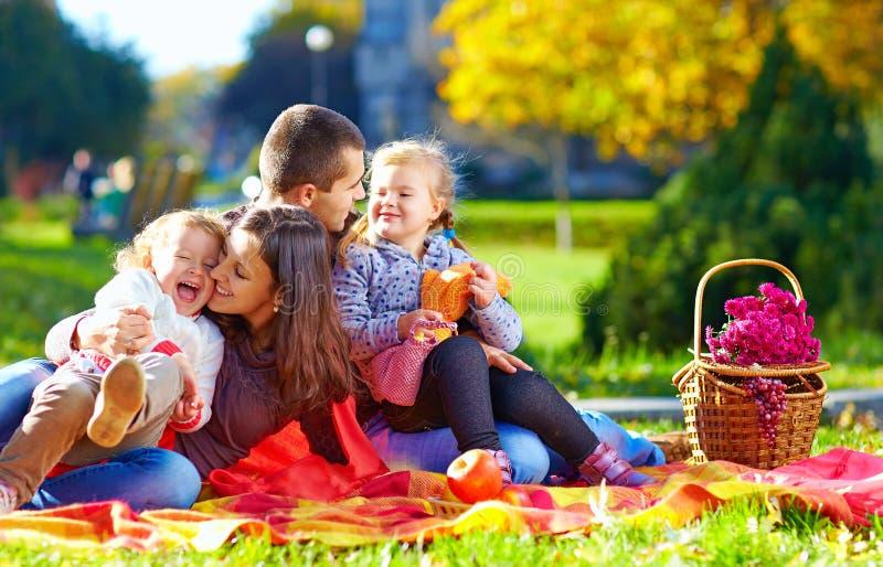 Den lyckliga familjen på höstpicknick parkerar in