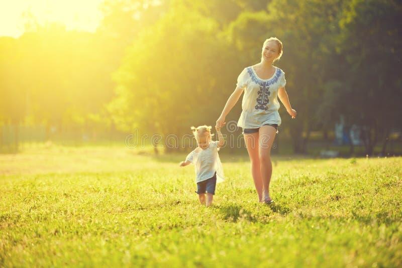 Den lyckliga familjen på naturen går i sommaren royaltyfria bilder