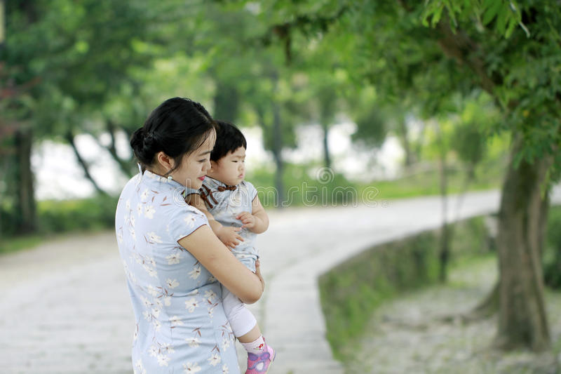 Den lyckliga familjen på naturmoder och behandla som ett barn dottern arkivbilder