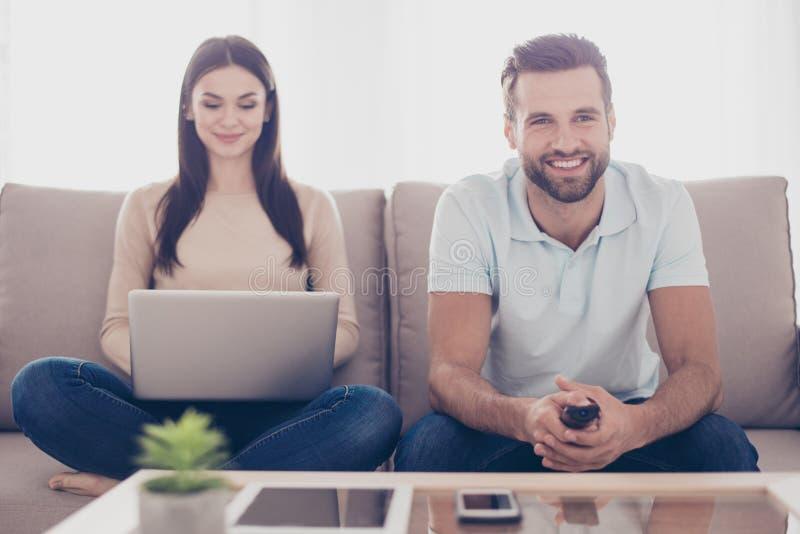 Den lyckliga familjen sitter i vardagsrum som spenting togeth för fri tid fotografering för bildbyråer
