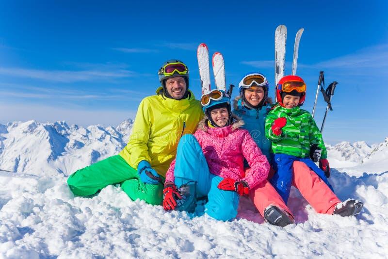 den lyckliga familjen skidar laget royaltyfri fotografi