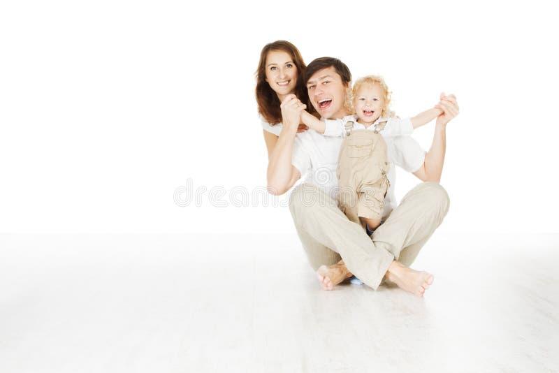 Den lyckliga familjen som ler fadermodern och laughting, behandla som ett barn royaltyfria foton