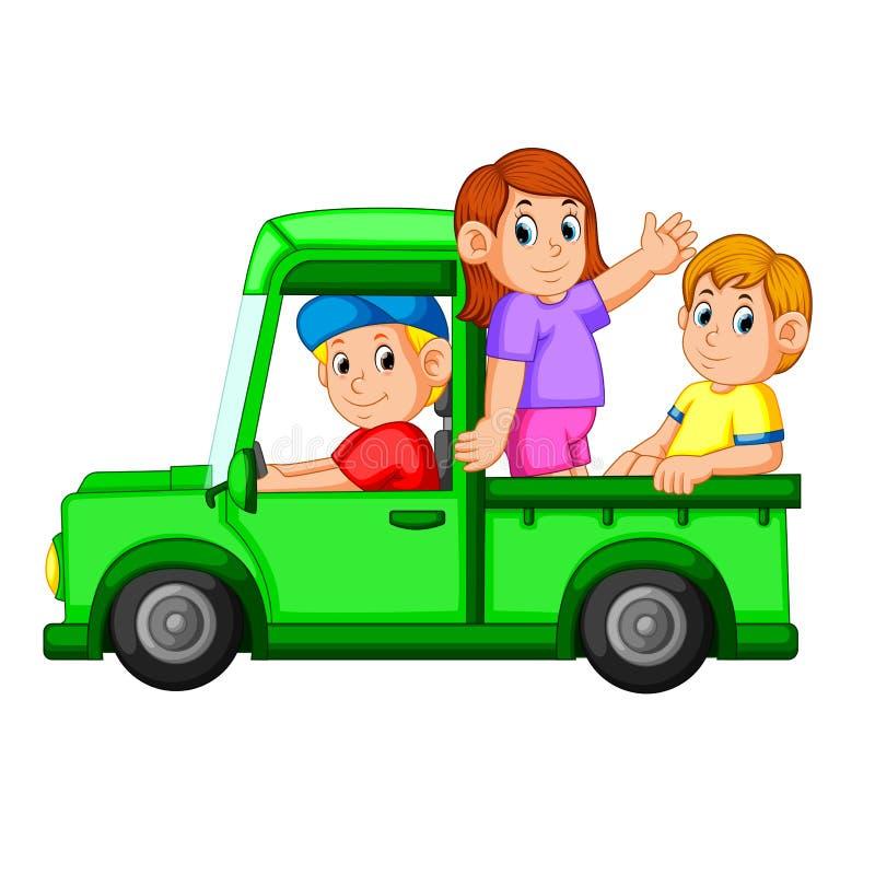 Den lyckliga familjen som spelar i bilen, och hennes pappa kör bilen för dem vektor illustrationer