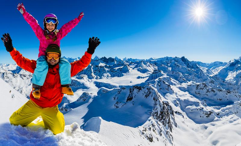 Den lyckliga familjen som tycker om vinter, semestrar i berg arkivfoton