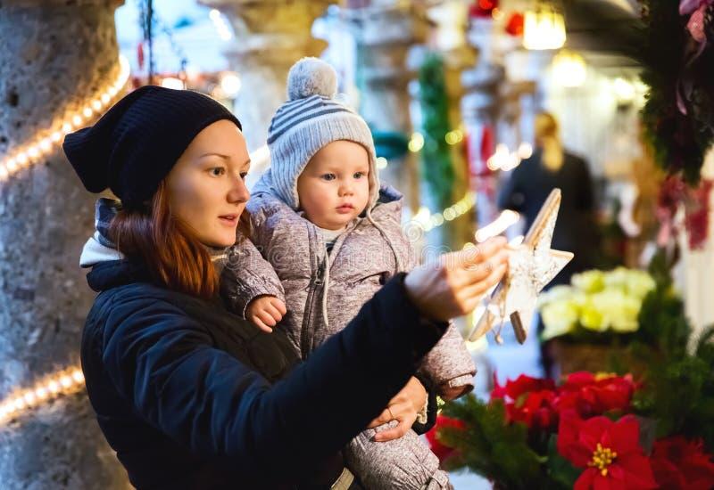 Den lyckliga familjen spenderar tid på ferier för jul och för det nya året arkivfoton