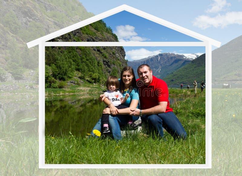 Den lyckliga familjen spenderar tid tillsammans på naturen arkivbilder