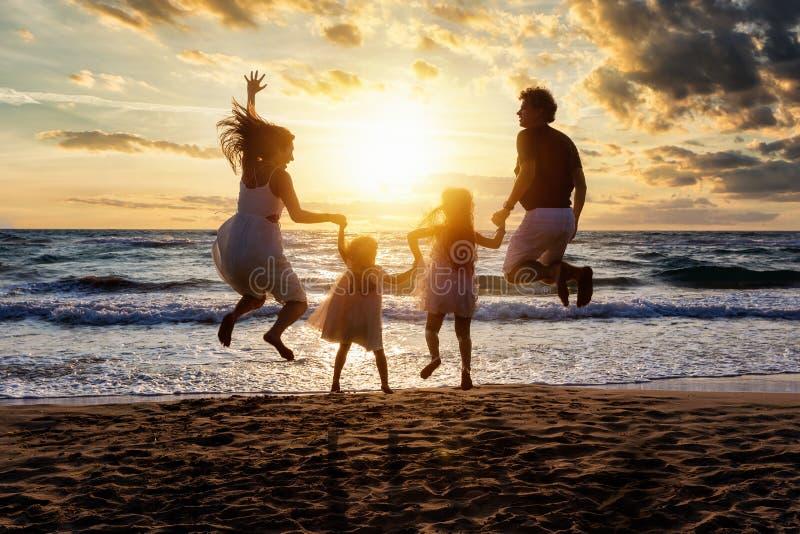 Den lyckliga familjen tycker om deras sommarsemestrar arkivbilder